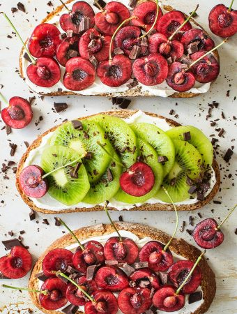 Healthy Cherry & Kiwi Toasts with Vegan Cream Cheese.FI